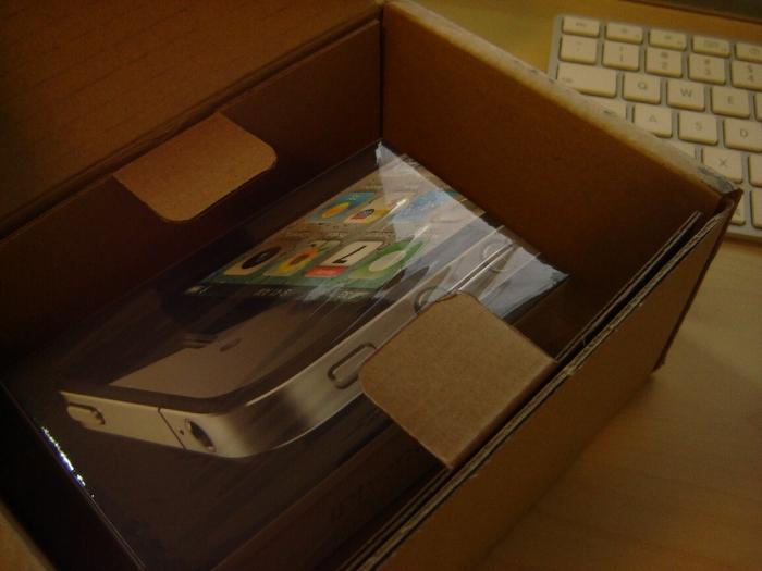 Die Eersthülle des iPhone 4 - Das iPhone Paket
