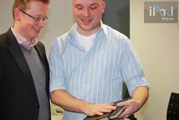 Der glückliche Gewinner Alexander M. streichelt das hochwertige iPad Case überglücklich.