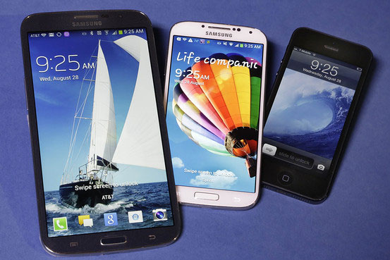 Associated Press: Große Unterschiede: Samsung Galaxy Mega (l), Samsung Galaxy S4 (m) und Apples iPhone 5.
