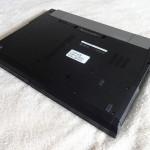 Zuerst einmal müssen wir uns an den Ausbau der alten Festplatte machen, hier gezeigt mit einem herkömmlichen Laptop. Dafür müssen wir die Schrauben entfernen, um die Festplatte hinausnehmen zu können.