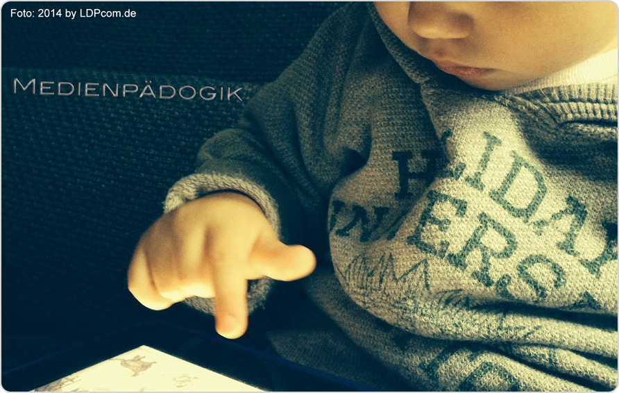 Kleines Kind am iPad - Medienpädagogik