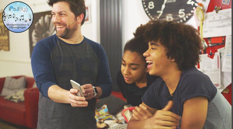 Lachende Gruppe bei Musik mit Hörvergnügen – Sonos Studie